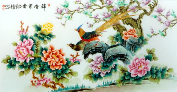 百宝栏杆护晓寒,沉香亭畔若为看。春来谁作韶华主, 总领群芳是牡丹。 这是明代诗人冯琦写的一首牡丹诗。牡丹,也称木芍药、富贵花。农历谷雨前后开花,花大如盘, 色泽艳丽, 故深受大众的喜爱,被人们誉为花中之王。中国人历来都把牡丹作为富贵吉祥、繁荣幸福的象征。因此牡丹花成为历代文人墨客的诗画题材,形成高雅的牡丹文化。 牡丹花的瓷上表现, 在陶瓷彩绘中占有重要的地位。传统的牡丹瓷绘题材, 是以线条钩勒再加彩染着色为基本方法。近年来, 我对用没骨技法在瓷上画牡丹,进行了一些有益的探索。 一、牡丹花的瓷上表现有着