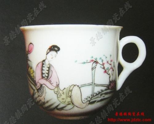 """民国时期的""""桃花美女""""瓷器大多为此类水平的产品,图3上的小茶杯就更"""