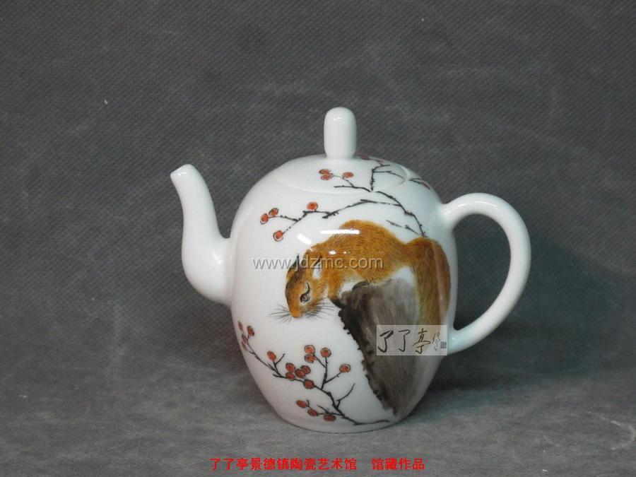 吴锦华 粉彩《小松鼠》茶壶-了了亭-景德镇陶瓷艺术馆
